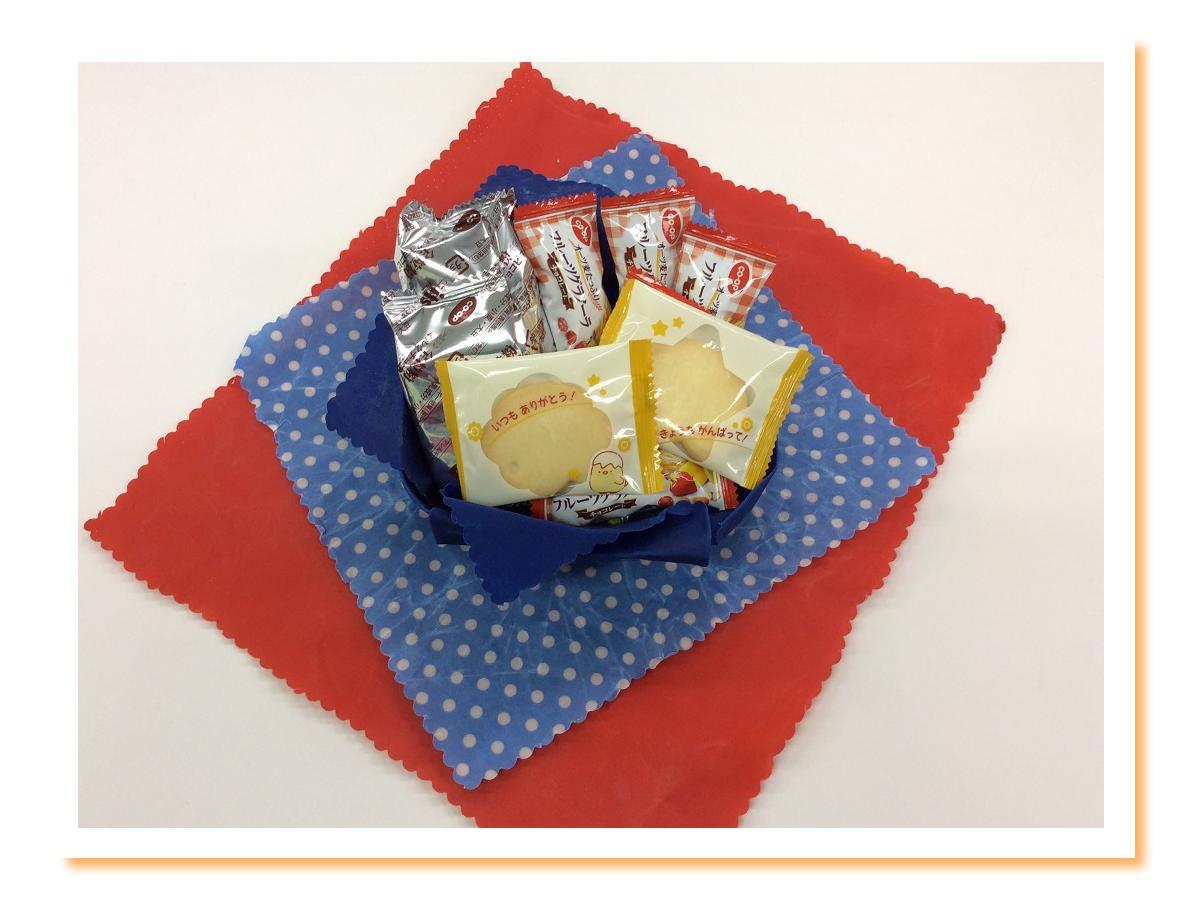「みつろうエコラップ」をお菓子の箱にしている写真