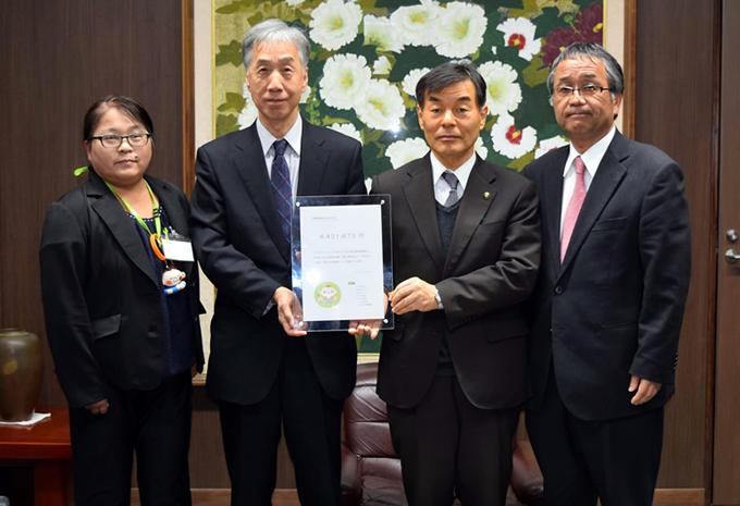 赤松光前理事長から常総市・高杉徹市長への募金贈呈の写真