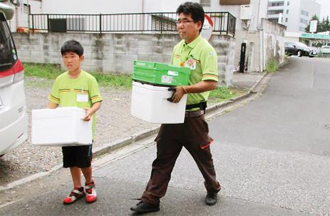 子ども参観日に宅配の商品を運ぶ様子