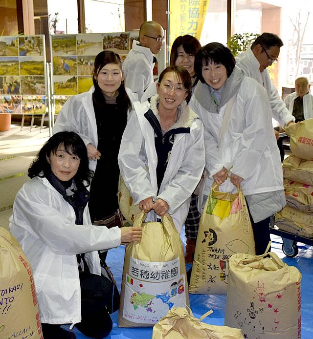 国際協力田で収穫した米の写真