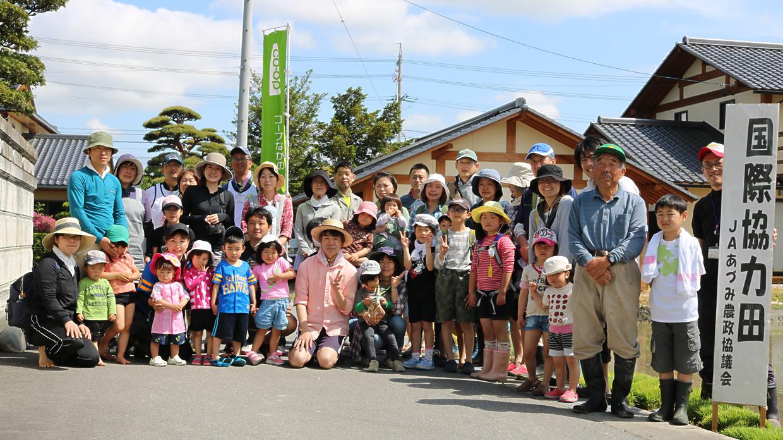 「国際協力田の田植え体験」参加者の集合写真