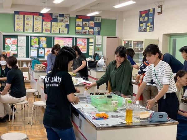 浦安市立南小学校にて、児童への環境教育の啓発のため「エコキャンドルづくり」を先生が学びました
