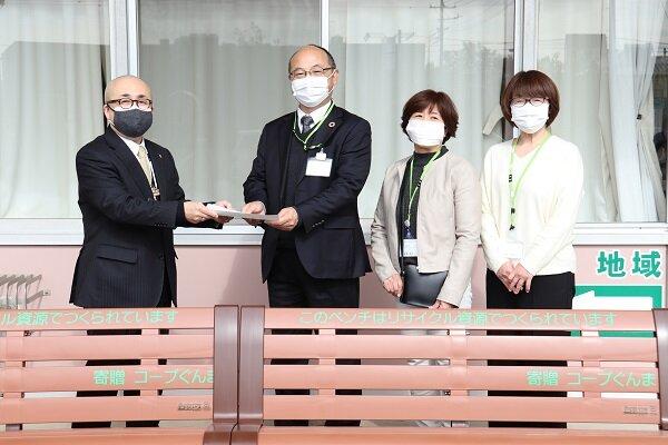 コープぐんまから桐生市へ「リサイクルベンチ」を寄贈しました