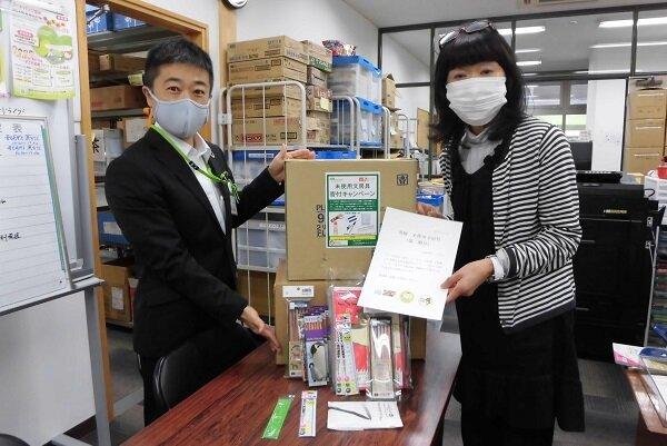 NPO 法人フードバンク信州 美谷島 副理事長(右)コープながの総合企画室 西沢さん(左)