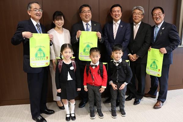浦安市の新入学児童にランドセルカバーを寄贈しました