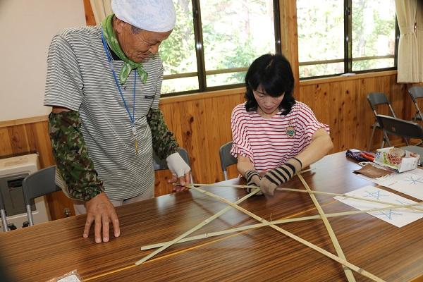 家族が協力して竹のスタードームを作成