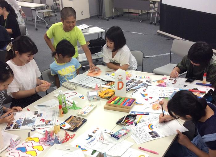 「子ども平和新聞」を作成している様子