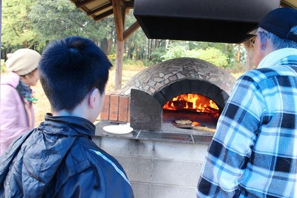 「薪を割って石窯でピザを焼こう」を実施しました