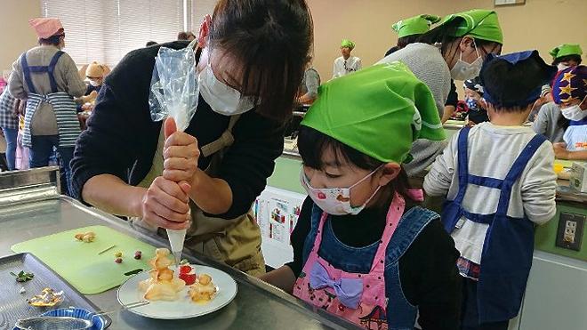 お菓子を作る子どもたち