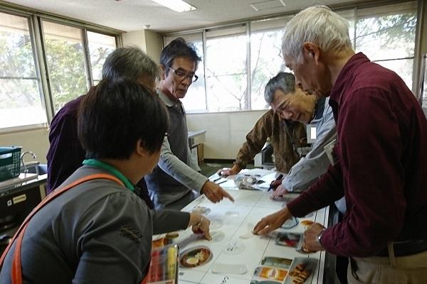 「シニア男性料理教室」にて食育出前授業「献立ゲーム」「豆腐づくり」を実施しました