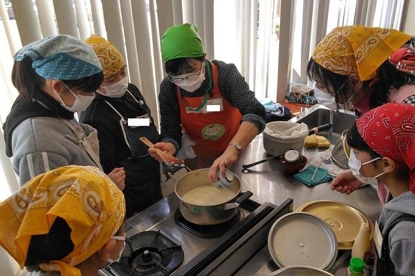 袖ケ浦市民会館にて食育出前授業「豆腐づくり」を実施しました