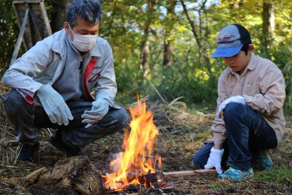 「森のがっこう」長峰山絆の森で寄付金贈呈と火おこし体験