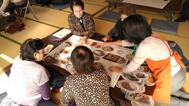 食育出前授業「長寿の秘訣は食事から~献立ゲーム~」を実施しました